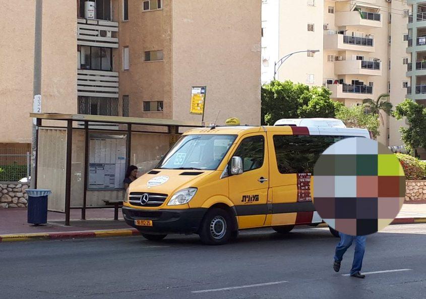 """מונית שירות עוצרת בתחנה באזור י""""א. צילום: דור גפני"""