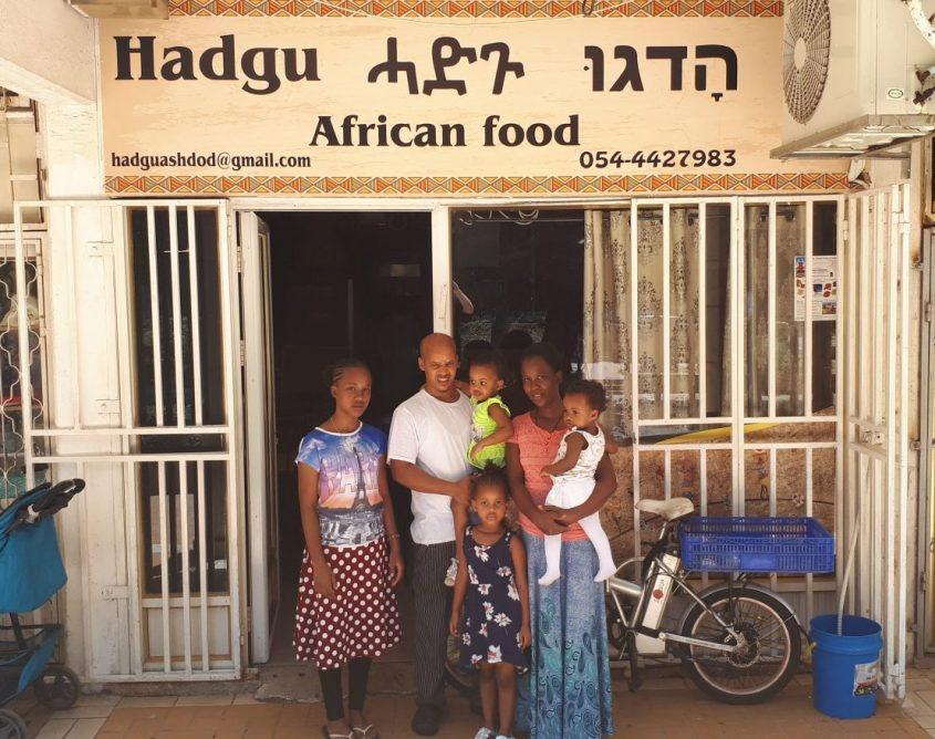 הדגו ואלגנש טדסה עם ארבע בנותיהם. צילום: דור גפני