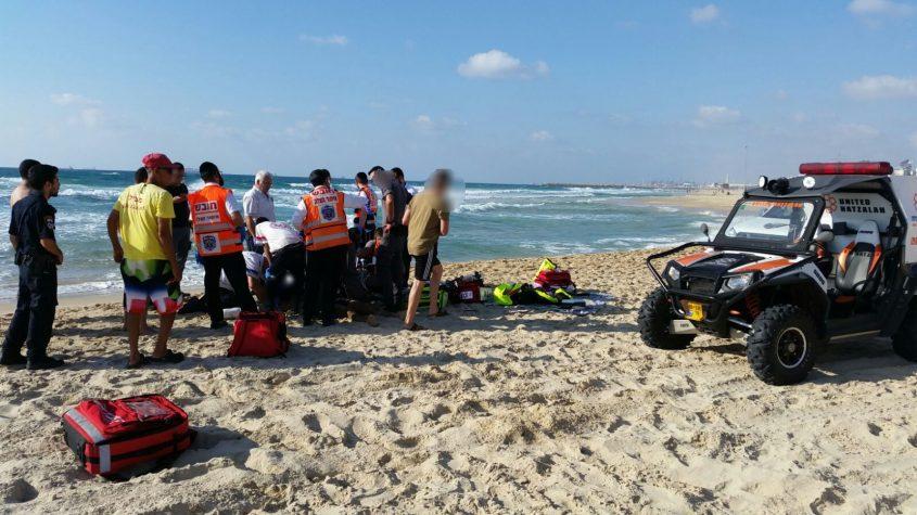 ניסיונות ההחייאה של יוחאי אלקיים בחוף. צילום: איחוד הצלה