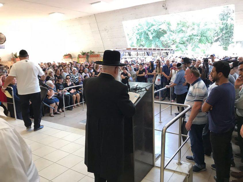 הרב חיים פינטו מספיד בהלוויה לפני שעה קלה. צילום: דודו חן