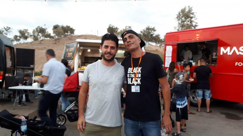 הזכיין שבי רובין ויוני חזיז מנהל הפרויקטים בתיירות אשדוד, הערב ביריד. צילום: דור גפני