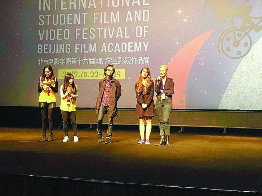 יעל צפריר ארד כשזכתה בפרס בתחרות בסין