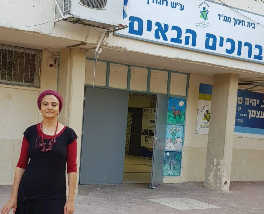 סימה פרץ בחצר בית הספר החדש-ישן. צילום: שלומית סננס