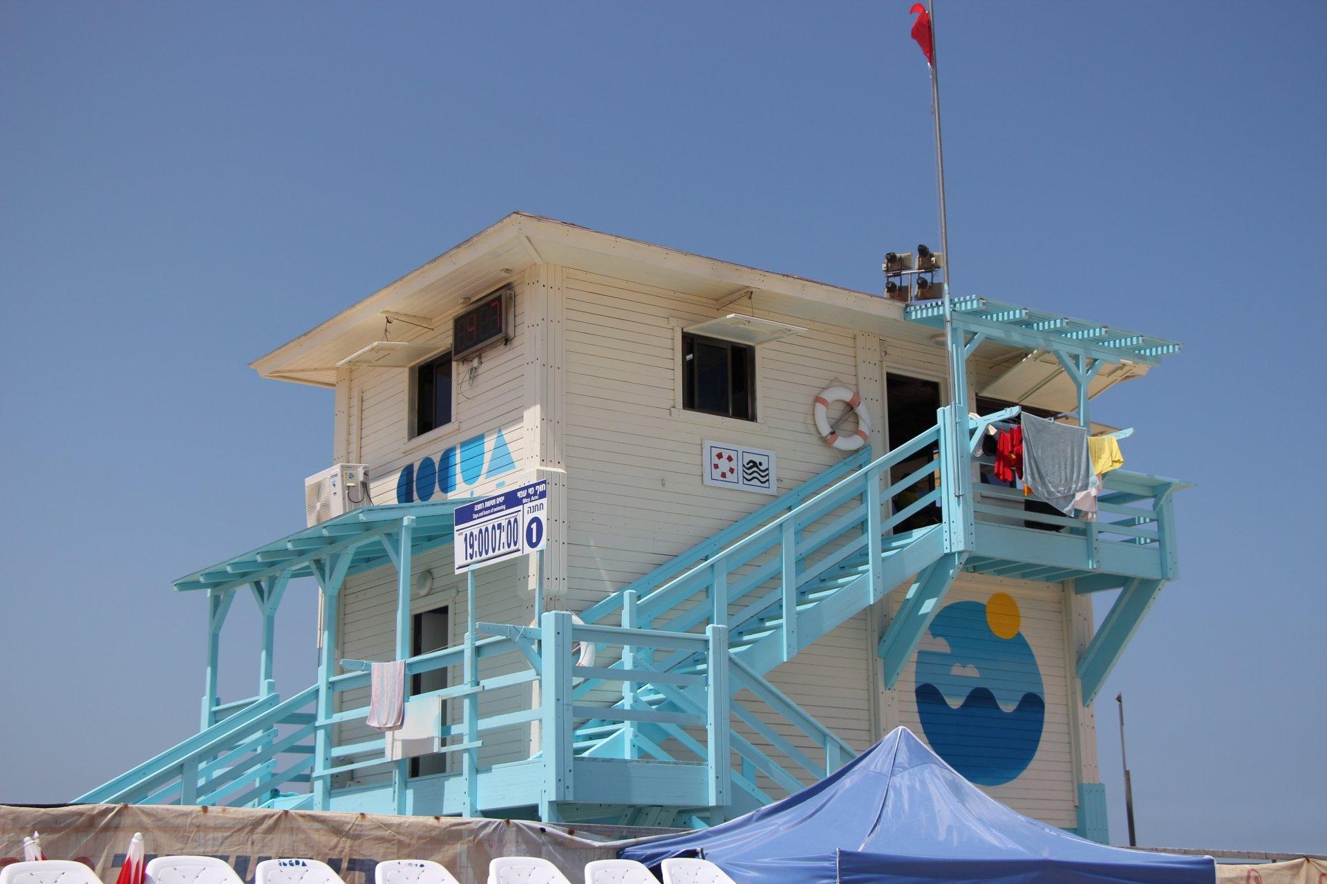 סוכות מצילים ופרגולות חדשות בחוף