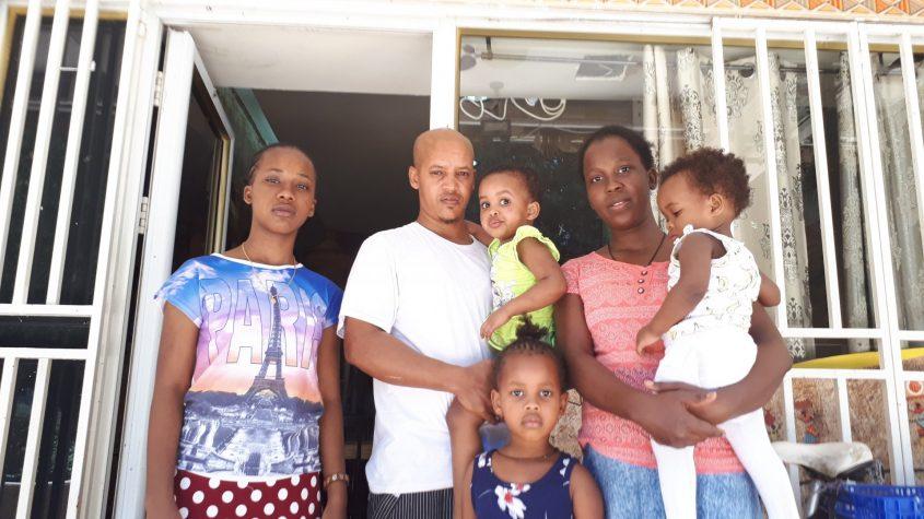 """הדגו ואלגנש טדסה עם ילדיהם מחוץ למסעדת """"הדגו"""" ברחוב רמב""""ם. צילום: דור גפני"""