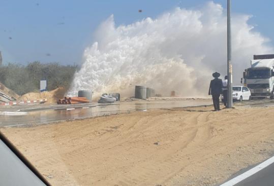 פיצוץ צינור ברחוב משה סנה צילום: ד. קרני