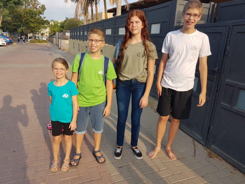 משפחת בן דוד: עידו, נעמה, מעיין ונועה שעולה לכיתה א
