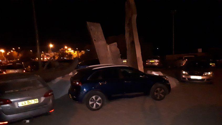 מכוניות ברחבת אנדרטת סטרומה ומפקורה הערב. צילום: דור גפני