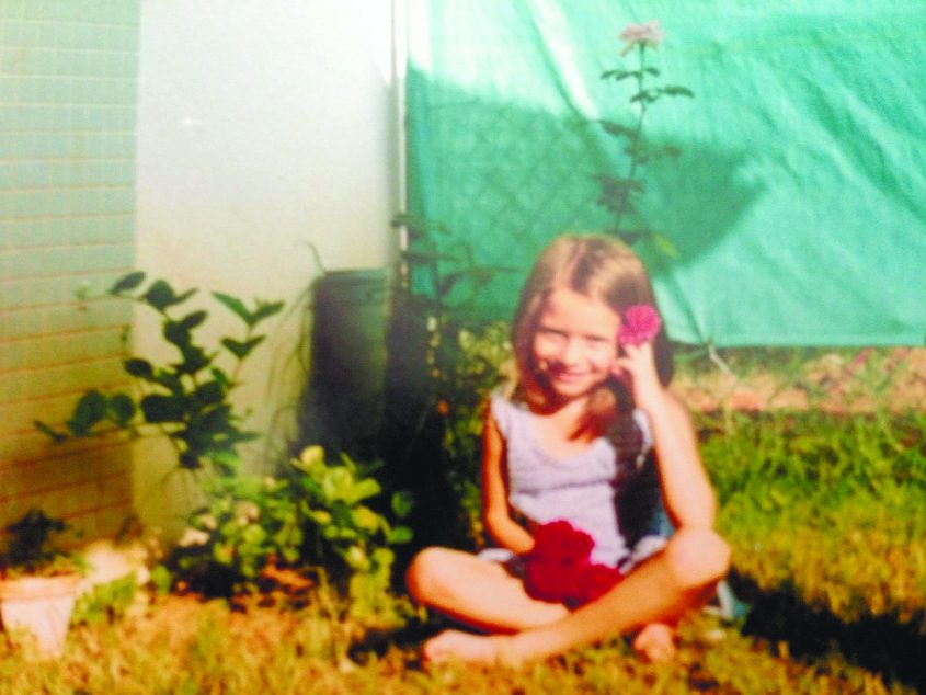 אינה בקלמן בילדותה בחצר הבית בגן יבנה