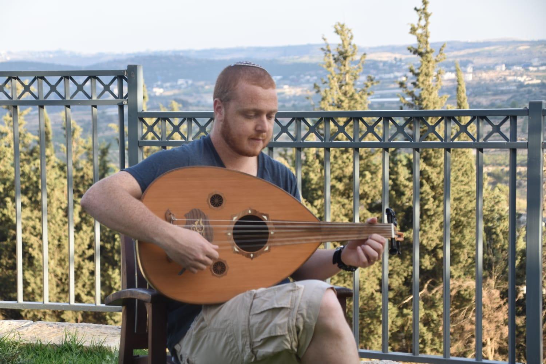 אליאור פרץ מנגן על עוד לקראת התחרות הבינלאומית באשדוד