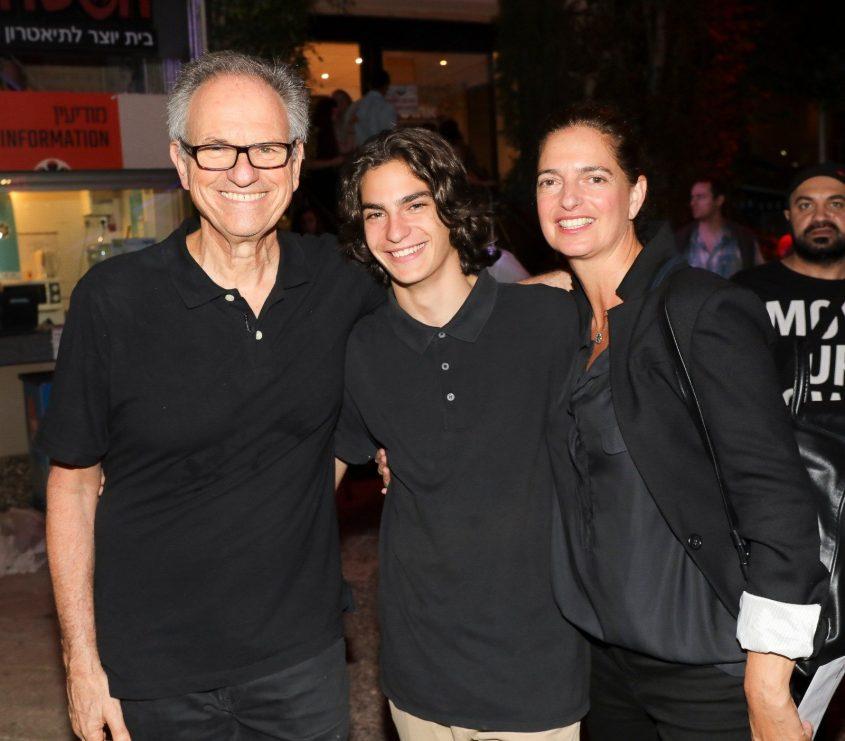 ארי נשר ז''ל לצד הוריו (צילום: רפי דלויה)