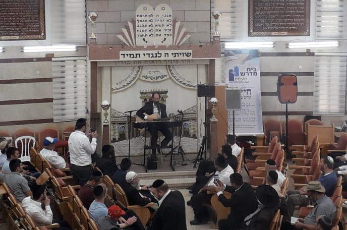 הזמר אהרון רזאל מופיע בכנס ההתחדשות בבית המדרש השיקומי באשדוד. צילום: רבקה יניב