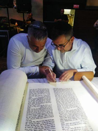 הכנסת ספר תורה לעילוי נשמת החייל בן יצחק וענונו ז״ל. צילום: אריק זורנו