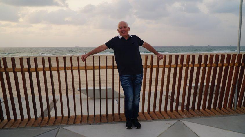 מעקה עץ מסורג כדי לא לחסום את הנוף לים. משה דנינו. צילום: מייק שטרית