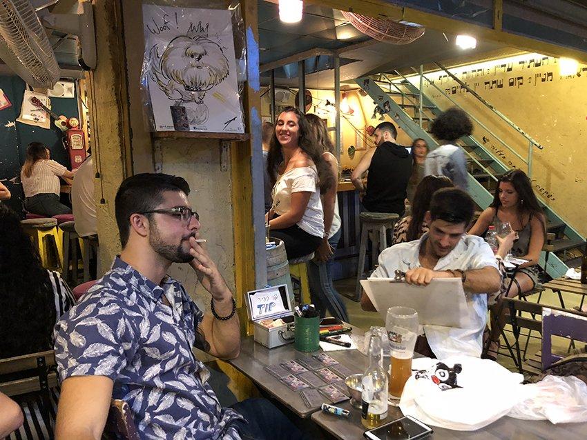 מולי מצייר בליין ב״שלומפר״ בר צילום: פבל
