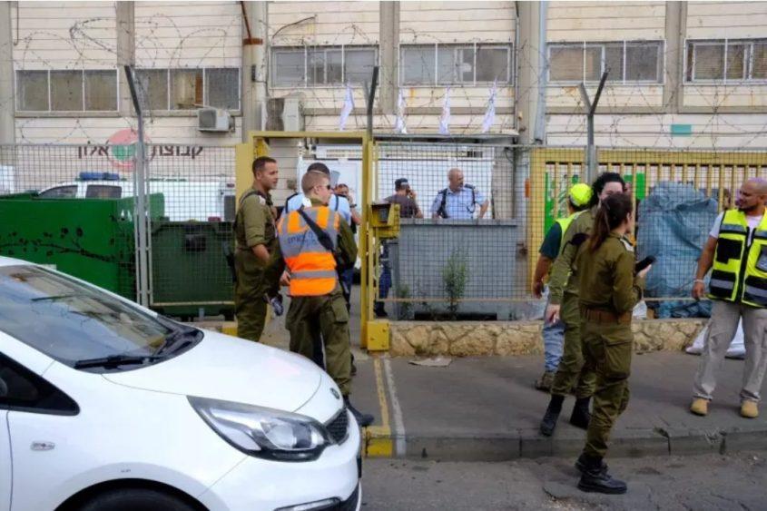 זירת הפיגוע במפעל באזור התעשייה ברקן. צילום: מוטי מילרוד, הארץ