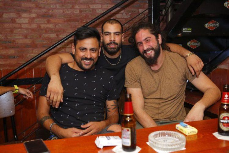 """לירן גמליאל עם אדם שוקרון ודוד אנוקשוילי (פאב """"זה"""") מפרגנים לרזיאל רגב. צילום: פבל"""