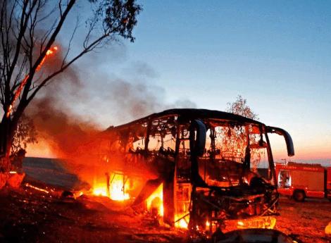 אוטובוס החיילים עולה באש. צילום: AFP