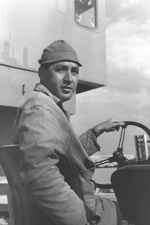 אברהם סולטן, עובד נמל אשדוד, 1965. צילום: PRIDAN MOSHE, לשכת העיתונות הממשלתית
