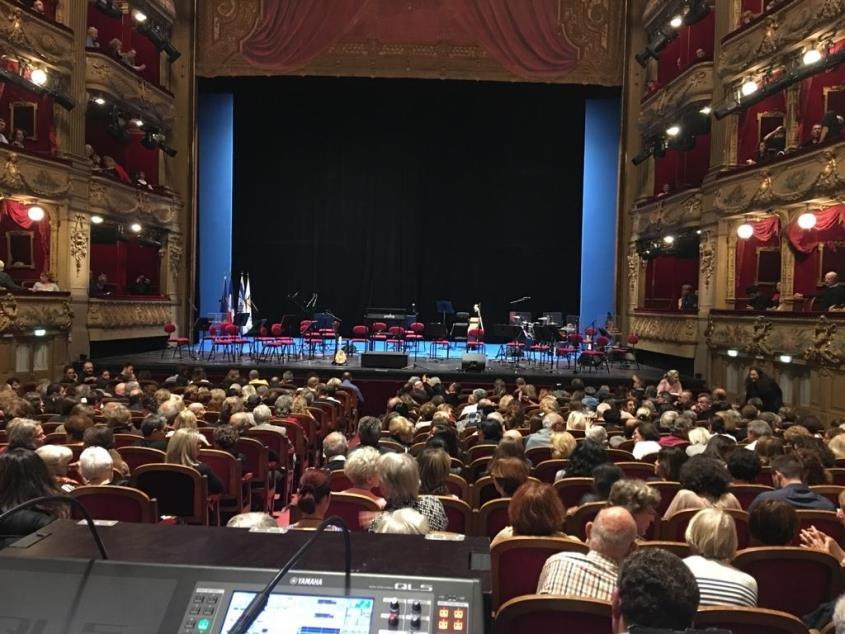 חוזרים הביתה: הבמה בפריז לפני קונצרט של תזמורת ירושלים מזרח ומערב שצמחה מהתזמורת האנדלוסית אשדוד. צילום: עופר אמסלם