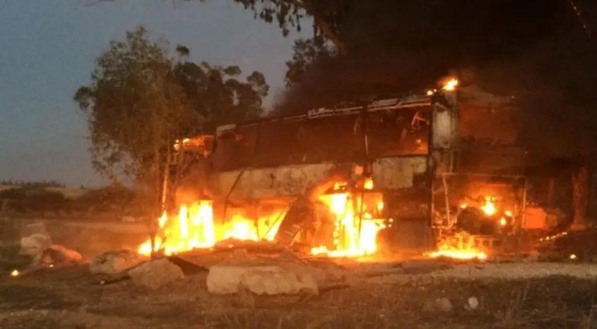 האוטובוס שנשרף בעוטף עזה אחר הצהריים. צילום: אליהו הרשקוביץ