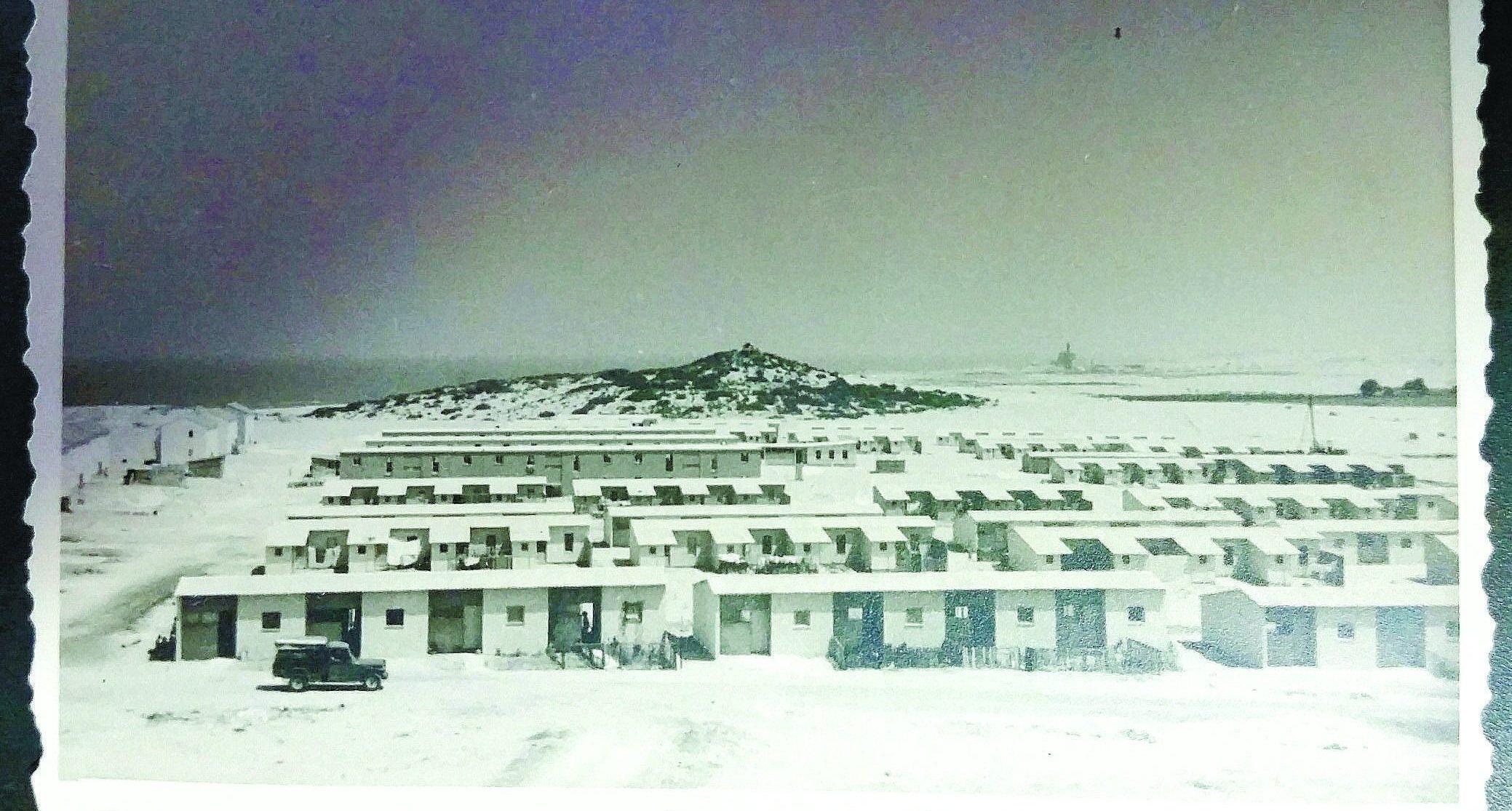 """בתי ה""""קליפורניות"""" באזור א' וברקע גבעת יונה. כנראה שנות ה-50 המאוחרות. מהאוסף הפרטי של שאול בן שמחון"""
