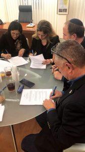 """מעמד חתימת ההסכם בלשכת רה""""ע ד״ר יחיאל לסרי וממ״ק עו״ד גבריאל כנפו וד״ר אפרת אוחיון נאור. צילום: מיקי ארביב"""