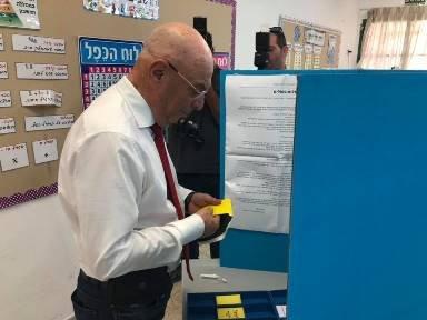 כצנלסון מצביע. צילום: מייק וייצמן
