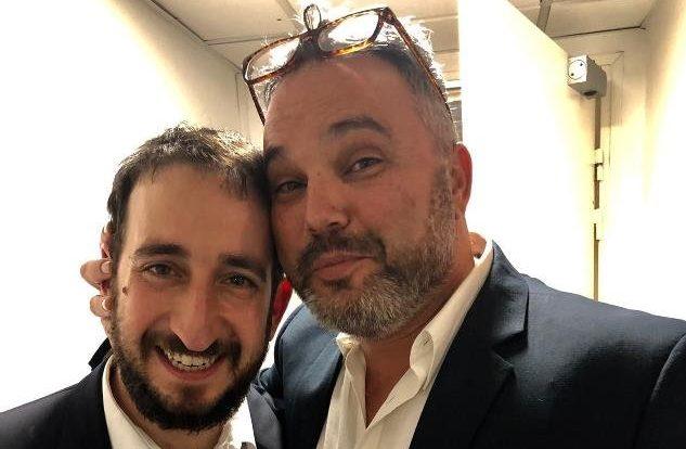 אמסלם עם המנהל האמנותי והמנצח של תזמורת ירושלים מזרח ומערב, תום כהן, בסיבוב ההופעות בצרפת, ממנו שבו השבוע