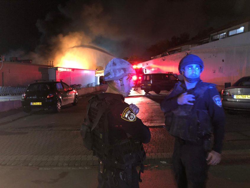 זירת פגיעת רקטה בשדרות הערב שגרמה לשריפה. צילום: דוברות המשטרה