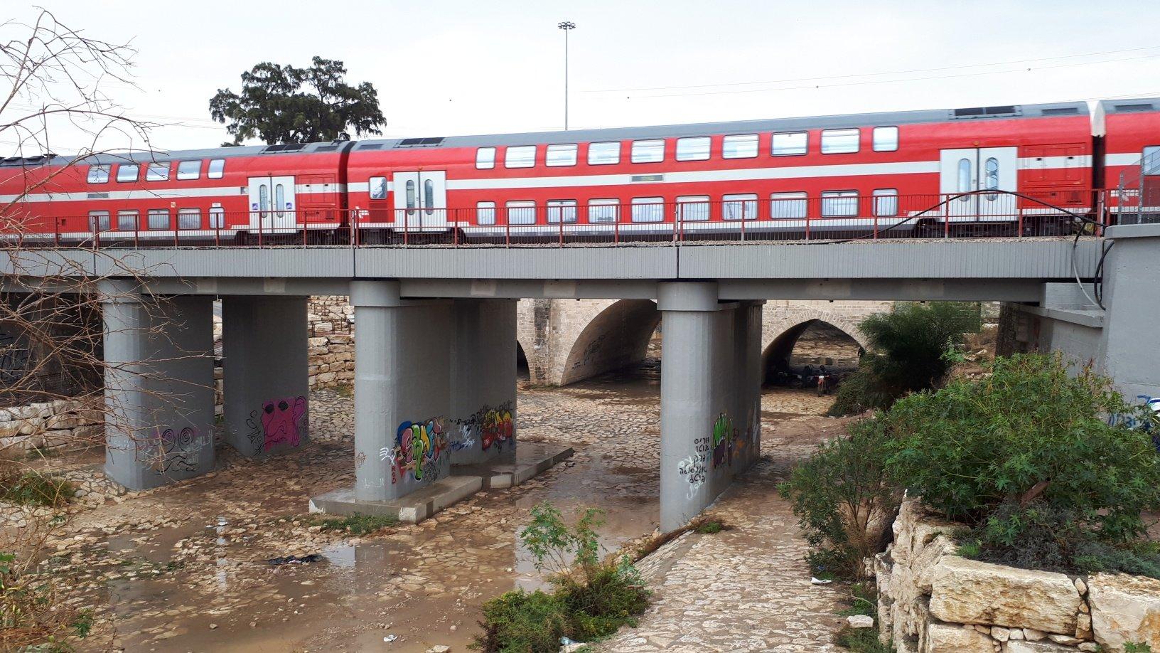 רכבת חולפת על גשר עד הלום הבוקר. צילום: דור גפני