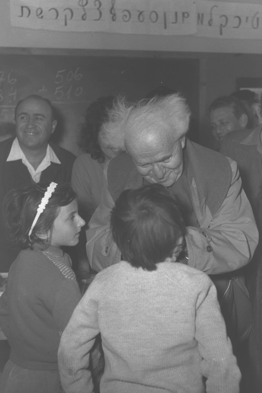 ראש הממשלה דוד בן גוריון משוחח עם ילדים עולים חדשים בעיירה אשדוד ים. צילום: PRIDAN MOSHE, לשכת העיתונות הממשלתית