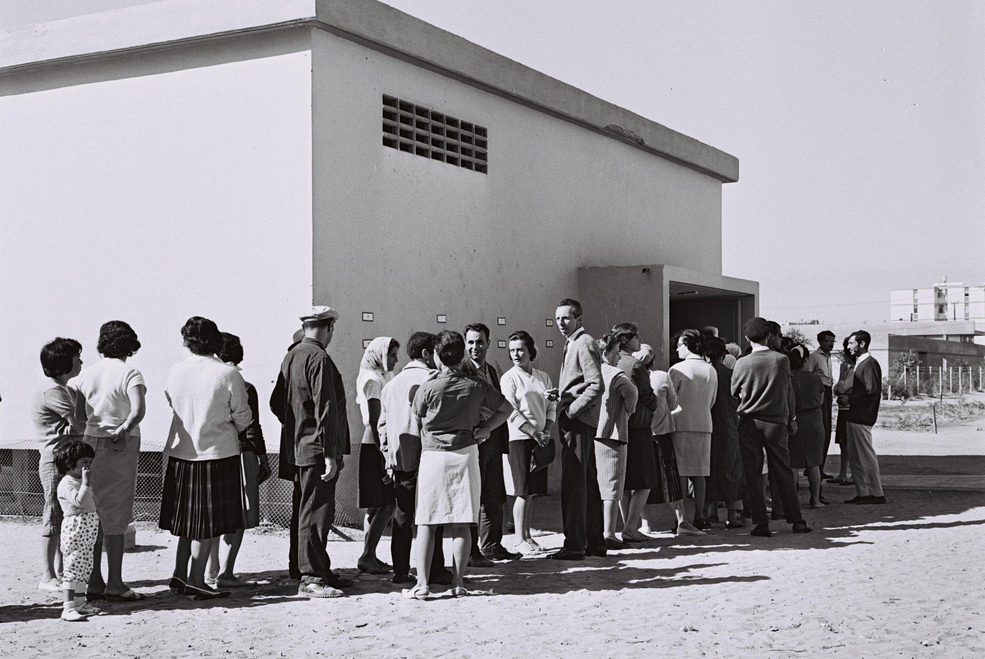 תושבי אשדוד עומדים בתור מחוץ לקלפי, בבחירות לכנסת השישית 1965. צילום: COHEN FRITZ, לשכת העיתונות הממשלתית