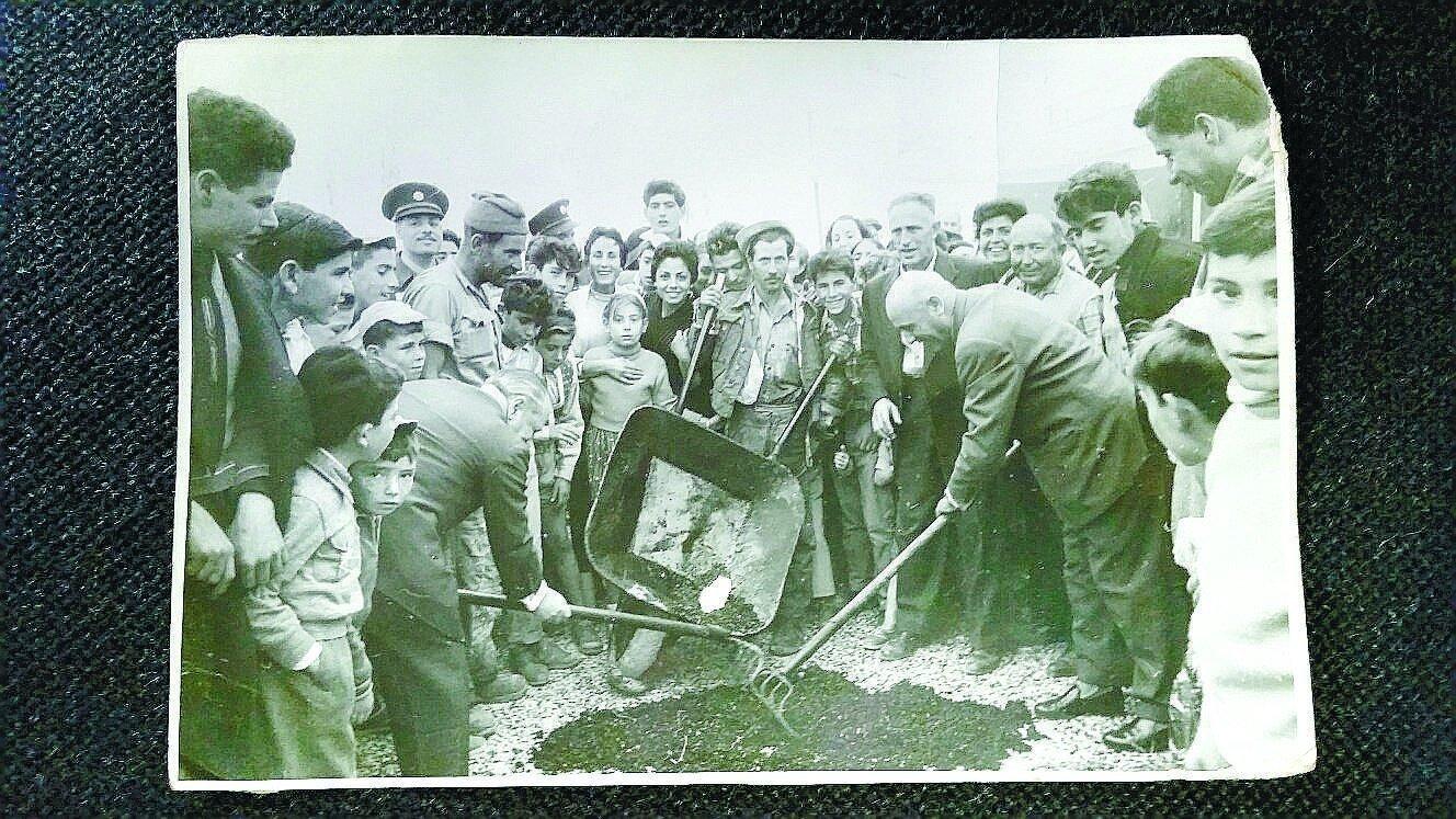 מתחילים לסלול את הכביש הראשון באשדוד-ים. צילום: מהאוסף הפרטי של שאול בן שמחון