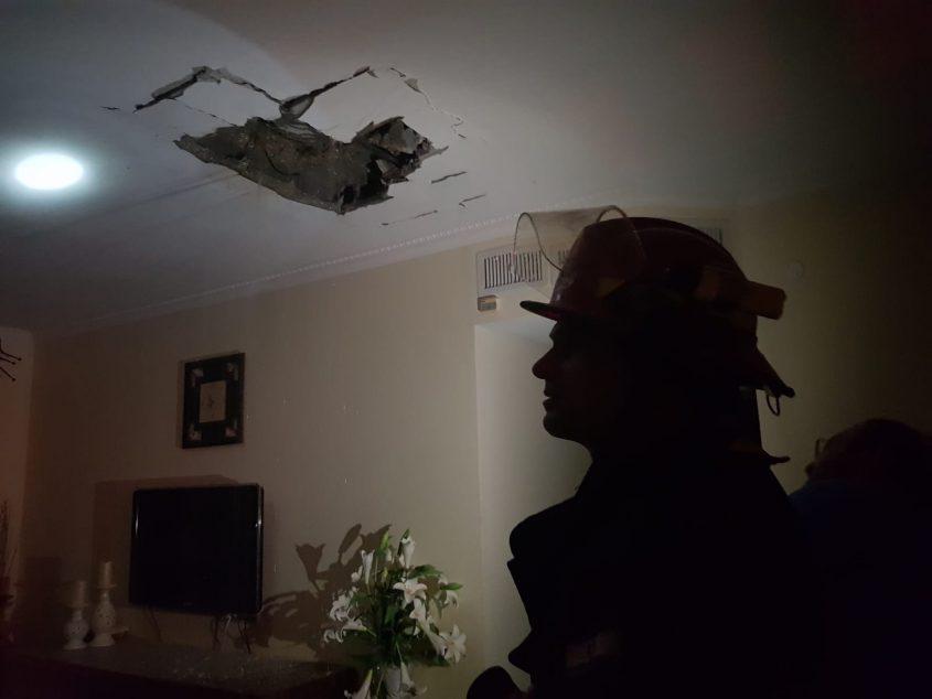 הדירה שניזוקה מרקטה באשקלון הערב. צילום: דוברות כבאות והצלה מחוז דרום