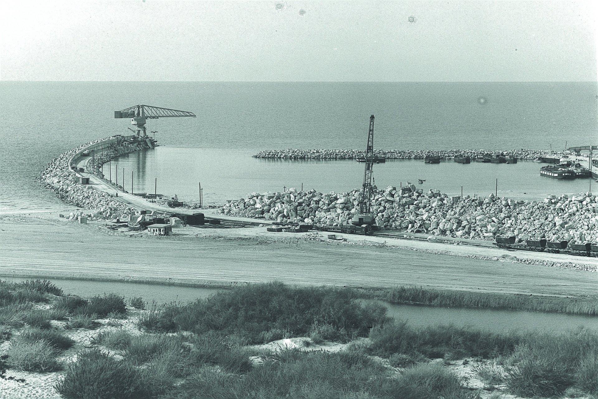 בניית שובר הגלים של נמל אשדוד, למטה נחל לכיש. צילום: COHEN FRITZ, לשכת העיתונות הממשלתית