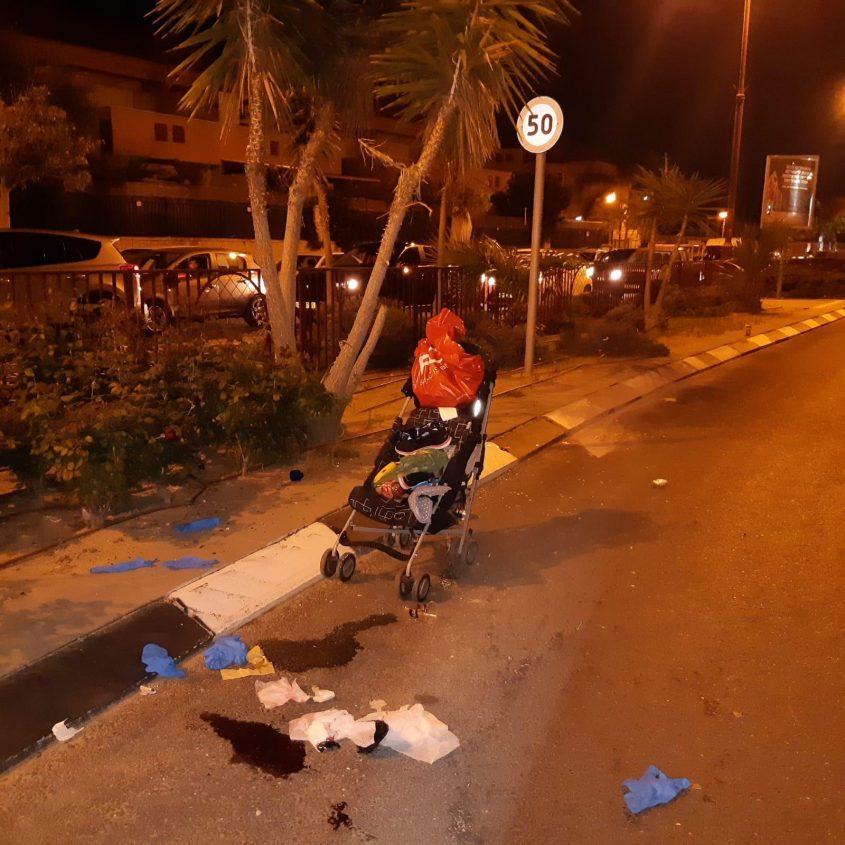 עגלת התינוק בזירת התאונה הקשה, הערב בגן יבנה. צילום: דוברות המשטרה