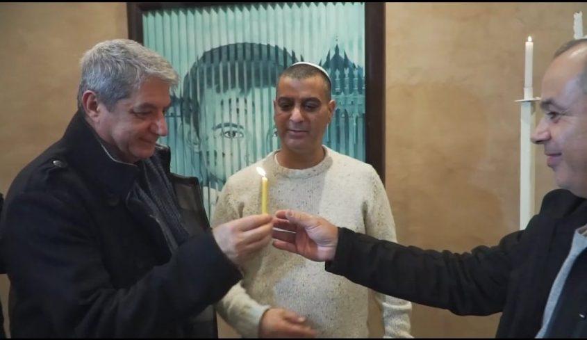 דו קיום במרוקו: מדליקים נרות חנוכה יחד יהודים ומוסלמים. משמאל לימין: לוטפי שרייבי, יעקב בן סימון ויורם אזולאי. מתוך סרטון שצילם וערך מייק אדרי