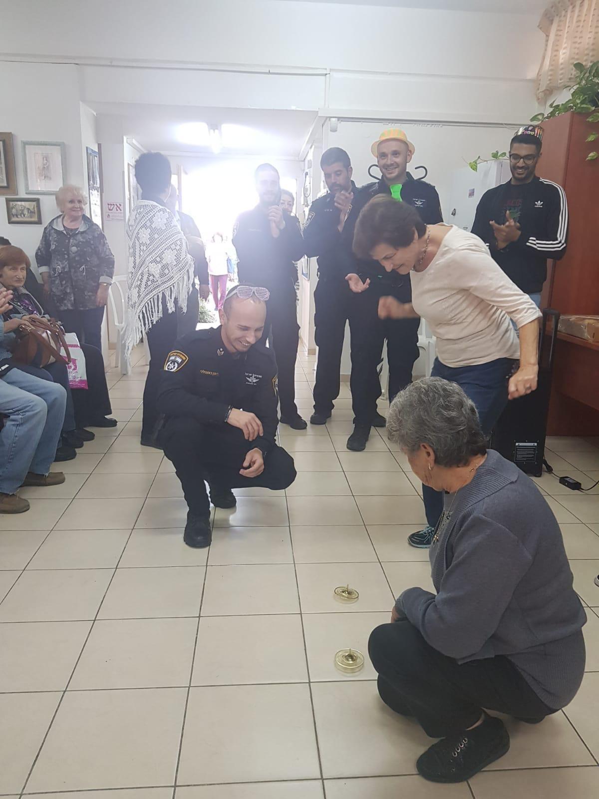 חנוכה שמח במועדון ניצולי השואה עמי-חי באשדוד. צילום: דוברות המשטרה