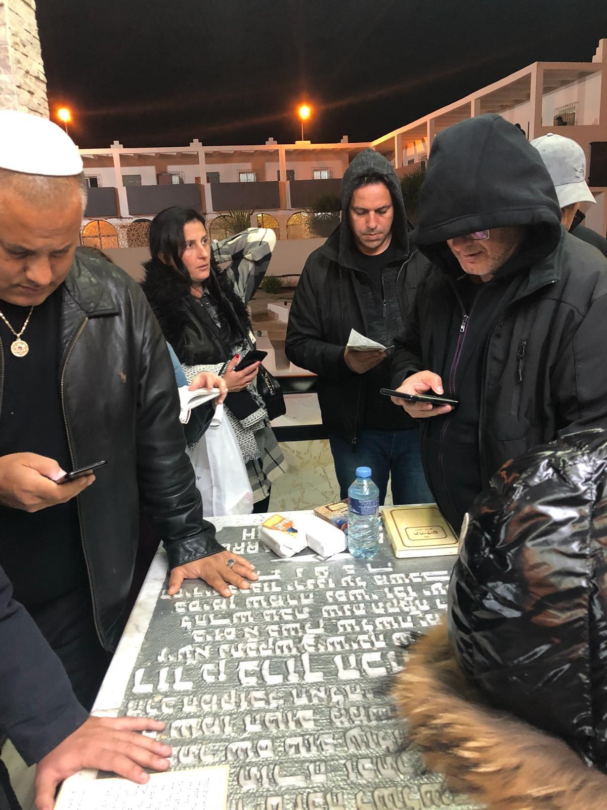 אלון חסן, מירב אמויאל ורוני ינון ליד ציון הקבר