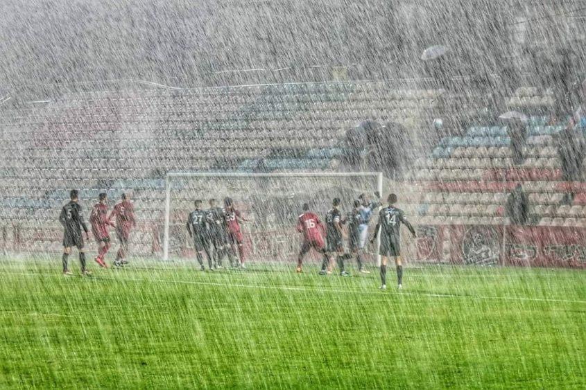 מבול במשחק שבין האדומים לכפר קאסם. צילום: אבישי אפטקר