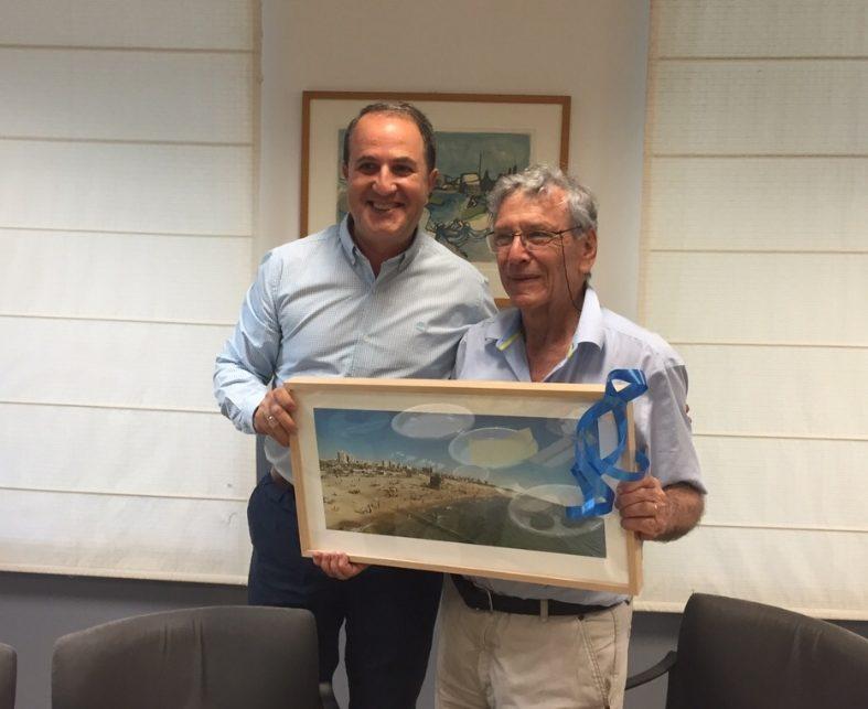 לסרי מעניק לעוז שי מהעיר אשדוד, יוני 2015. צילום: שמואל דוד