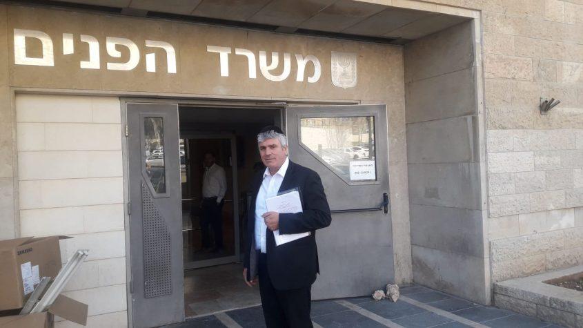 """יו""""ר ש""""ס באשדוד, מ""""מ רה""""ע, אבי אמסלם בכניסה למשרד הפנים לפני זמן קצר. צילום: דודי מור"""