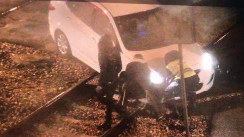 רכב תקוע על הפסים במפגש ניצנים. צילום: מוקד הבטיחות של רכבת ישראל