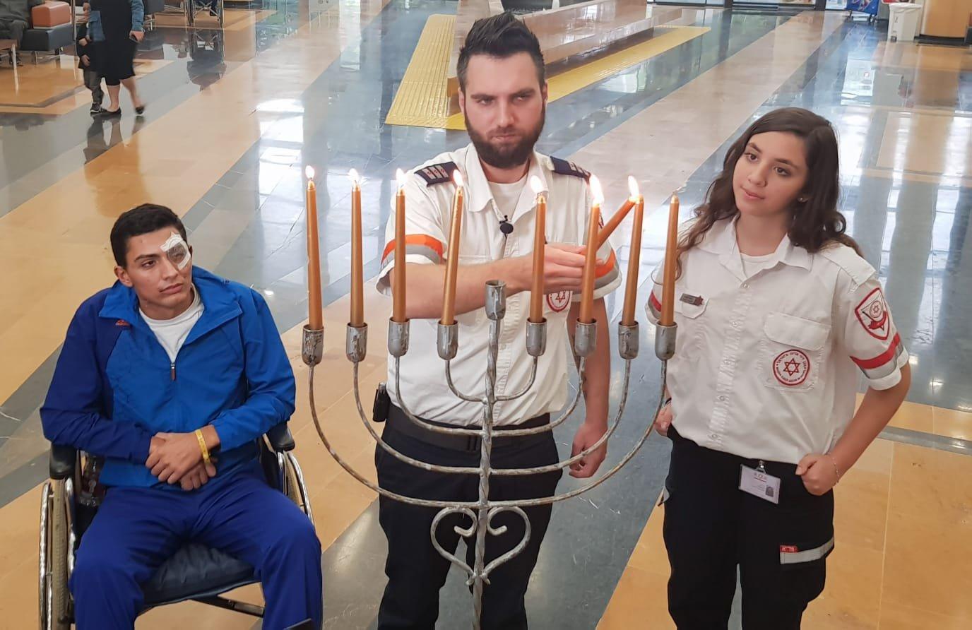 """הפראמדיק אלכס קוסינוב והמתנדבת זוהר זוביב והחייל מיכאל שובל צילום: דוברות מד""""א"""