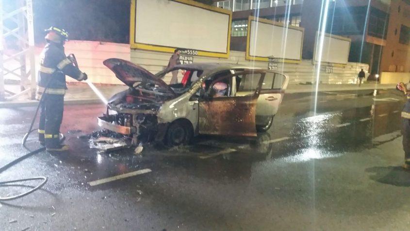 רכב עולה באש ליד הסטאר סנטר צילום: דוברות איחוד הצלה