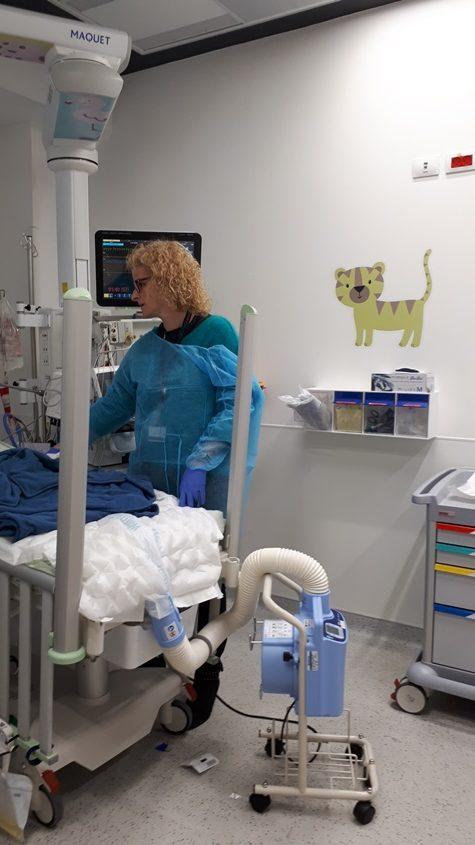 מבקרת תינוק המטופל ביחידה. צילום: דור גפני