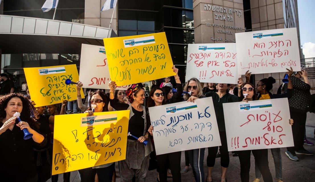 עובדות סוציאליות מפגינות מול קרית הממשלה בתל אביב, החודש. צילום: תומר אפלבאום