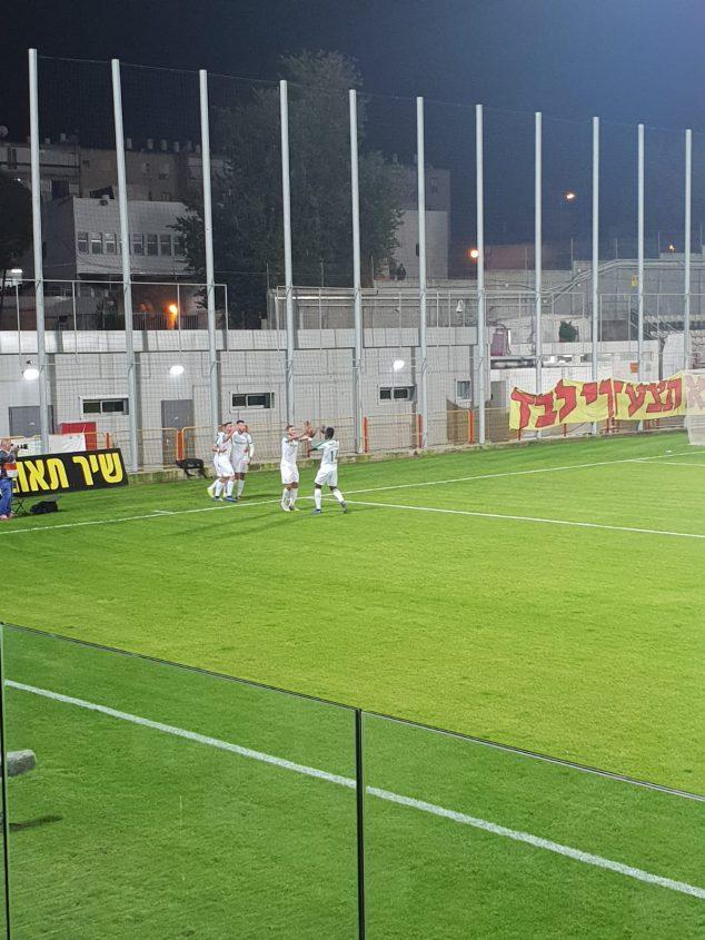 שחקני חיפה חוגגים את כיבוש השער. צילום: ליאב אחאבן