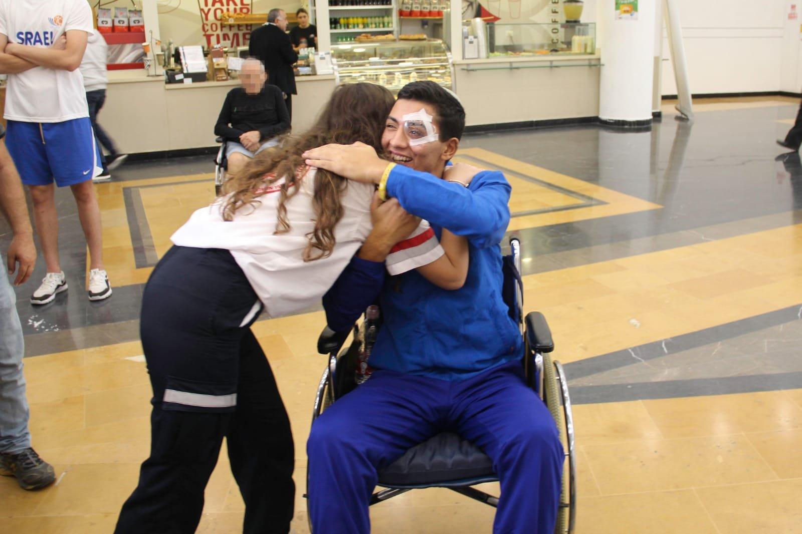 """המתנדבת זוהר זוביב והחייל מיכאל שובל צילום: דוברות מד""""א"""